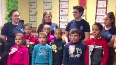 Photo of Câţiva adolescenţi din Haţeg, Moş Nicolae pentru copii din vârf de munte
