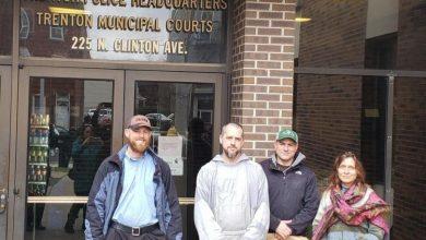 Photo of Un preot și trei activiști pro viață arestați înainte de Crăciun în timp ce salvau copii la o clinică Planned Parenthood