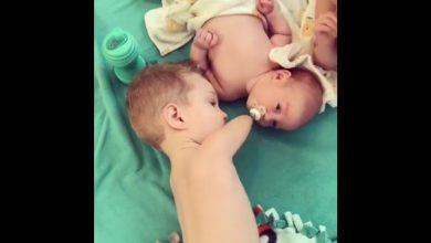 Photo of Video emoționant: doi bebeluși se bucură de viață, chiar dacă unul dintre ei s-a născut fără mâini