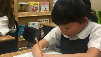 Photo of Statele Unite: Născută fără mâini, Sara, o fetiță de 10 ani, câștigă o competiție națională de caligrafie
