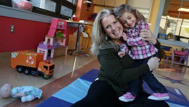Photo of O fetiță abandonată în spital adoptată de o asistentă care și-a dorit întotdeauna o familie