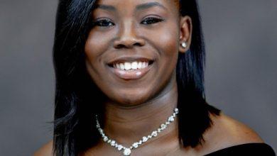 Photo of O mamă adolescentă, șefă de promoție a liceului, primește burse în valoare de 1 milion de dolari