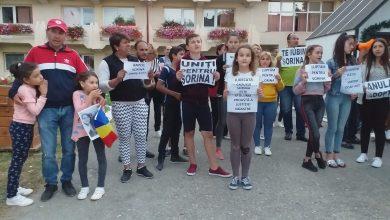 Photo of VIDEO. A 23-a zi de proteste pentru Sorina la Baia de Aramă. Luni se decide la Slatina dacă Sorina poate părăsi țara