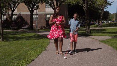 Photo of O mamă inventează abțibilduri de tip Braille pentru haine, ca să-și ajute fiul nevăzător să se îmbrace singur