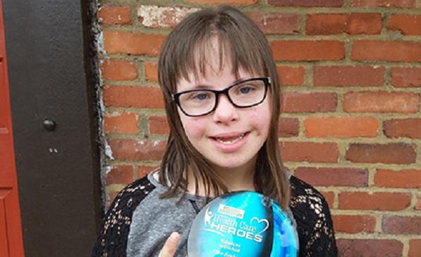 Photo of Imaginea unei tinere studente de 16 ani cu sindrom Down, simbol național, expusă în Time Square din New York