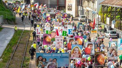 """Photo of """"Vă mulțumesc că m-ați lăsat să trăiesc!"""", sloganul sub care peste 1200 de oameni s-au adunat la Marșul pentru Viață din Elveția 2019, dedicat în acest an apărării vieții copiilor nenăscuți diagnosticați cu sindrom Down și alte nevoi speciale. Violențe fără precedent ale grupărilor extremiste anti-avort în încercarea de a sabota marșul"""