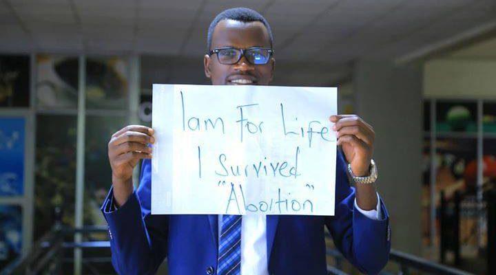 Photo of Părinții mei au încercat să mă avorteze, apoi când m-am născut m-au aruncat într-un tomberon de gunoi, dar am supraviețuit