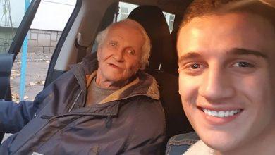 """Photo of VIRAL pe Facebook. Tânăr din Cahul, Basarabia, impresionat de un bătrân pe care îl conduce acasă: """"O, ce frumoşi ne sunt părinţii…! / Aşa frumoşi sunt numai sfinţii"""""""