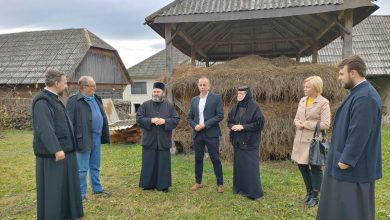 Photo of Biserica, primăria și școala din comuna Bârsana ajută o văduvă cu opt copii să-și cumpere casă
