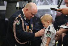 Photo of Fiul unui pompier care și-a pierdut viața luptând cu incendiile din Australia primește Medalia de Curaj acordată post mortem tatălui său