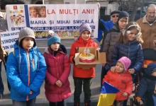 """Photo of VIDEO. Protestatarii i-au adus tort Mariei Smicală la Ambasada Finlandei din București și i-au cântat """"Mulți ani trăiască"""" în direct"""
