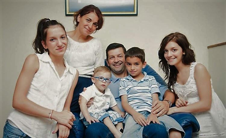 Photo of La sugestia unuia din cei trei copii, o familie l-a adoptat pe al patrulea: un copil cu nevoi speciale abandonat la spital