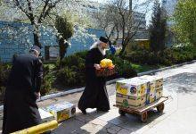 Photo of Chiar dacă uneori nu au cu ce să-și hrănească familiile, preoții sunt cei care sar primii să ajute în criza Covid-19