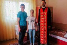 """Photo of """"Înfiați"""" de comunitate. Parohia Holbav a construit o casă pentru trei adolescenți, care au muncit și ei la ridicarea acesteia"""