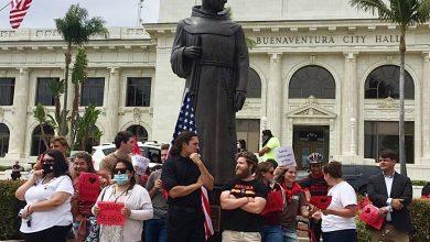 Photo of Zeci de tineri se pun scut în jurul statuii unui misionar catolic pe care activiștii Antifa voiau să o dărâme